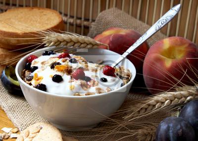 Fototapeta musli z jogurtem, zdrowe śniadanie bogate w błonnik