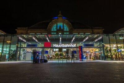 Fototapeta Nachtaufnahme des Bahnhofes w Halle Saale