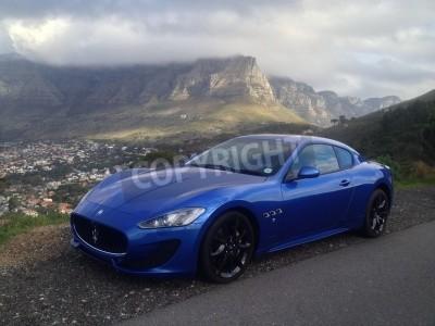 Fototapeta Niebieski Maserati z Table Mountain w tle