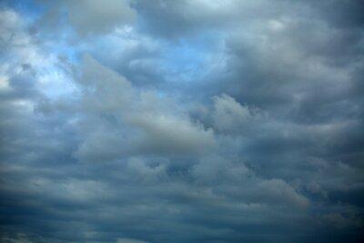 Fototapeta Niebo było pokryte różnymi odcieniami niebieskiego i białego.