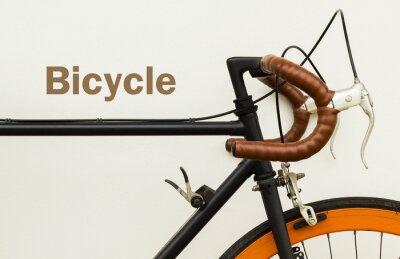 Fototapeta Niektóre stary rower na białej ścianie z miejsca na słowo na lewej stronie.