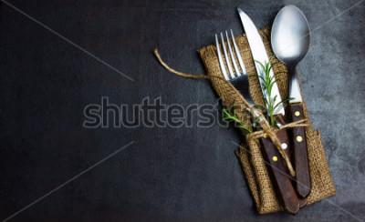 Fototapeta Nieociosany zestawu zestaw sztućców nóż, łyżka, rozwidlenie. Czarne tło. Widok z góry