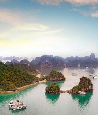 Fototapeta Niesamowite cel podróży w Azji - Halong Bay egzotyczne morze i wyspy na północnym Wietnamie