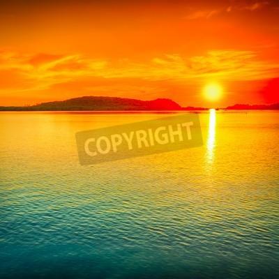 Fototapeta Niesamowity zachód słońca nad morzem.