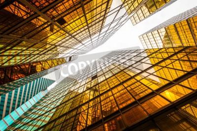 Fototapeta Niski kąt nowoczesnego wieżowca na zewnątrz i nieba w nowoczesnym mieście