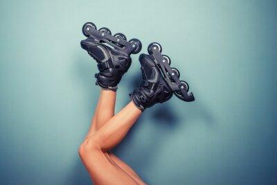 Fototapeta Nogi kobieta nosi rolkach