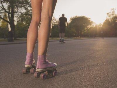 Fototapeta Nogi młoda kobieta, jazda na rolkach w parku
