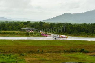 Fototapeta Nok Air Bombardier Dash 8 P Typ 400 samolotów startu za taksówkę na lotnisko w Ranong czerwca 172,558th deszczowy dzień