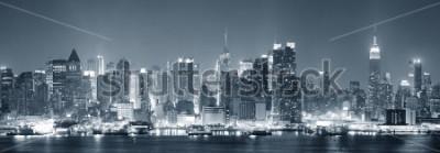 Fototapeta Nowy Jork Midtown Manhattan skyline czarno-białe miasto z wieżowców świeci nad Hudson River z odbicia.