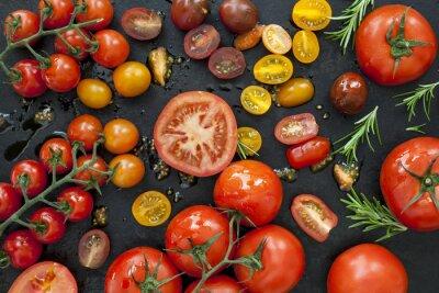 Fototapeta Odmiany pomidorów na czarnej overhead view