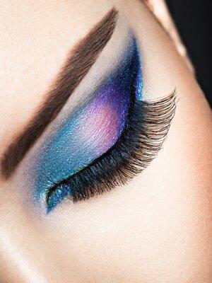 Fototapeta Oko kobiety z niebieskim makijażem oka