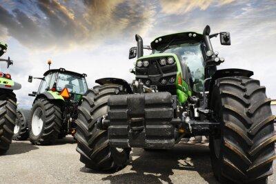 Fototapeta olbrzymie traktory ustaw przeciwko słońca nieba i chmur