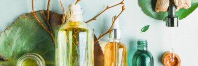 Fototapeta Oleje homeopatyczne, suplementy diety dla zdrowia jelit Kosmetyki naturalne, oleje do pielęgnacji skóry na jasnym tle.