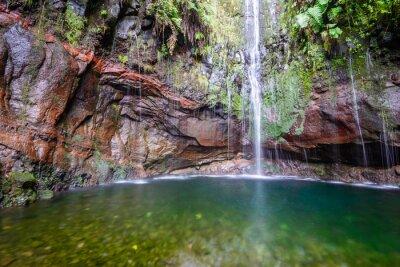 Fototapeta Ostatni wodospad szlaku Dwadzieścia pięć Fontanny Levada turystyka, Madeira (Portugalia)