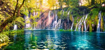 Fototapeta Ostatnie światło słoneczne oświetla wodospad Woda czysta w Parku Narodowym Plitwickie. Kolorowa wiosna panorama zielony las z aktorskim jeziorem. Wielki krajobraz wsi Chorwacja, Europa.