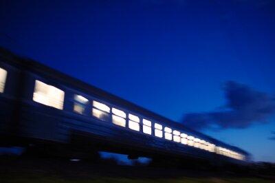 Fototapeta Oświetlony pociąg przejeżdżających w nocy