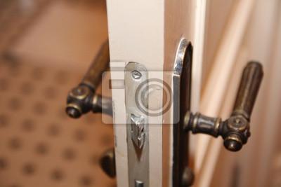 Dodatkowe Otwarcie. stare drewniane drzwi wejściowe w zabytkowe klamki NG16