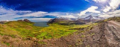 Fototapeta Panorama doliny z morza arktycznego i góry w Islandii