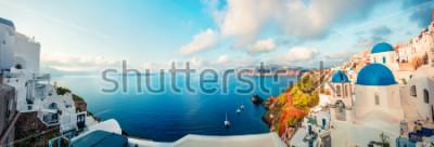 Fototapeta Panorama Pogodna. Santorini wyspa. Kolorowy wiosna widok offamous Grecki kurort Fira, Grecja, Europa. Podróże koncepcja tło. Styl artystyczny po przetworzeniu zdjęcia.