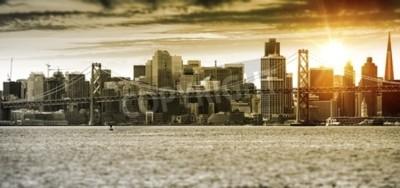 Fototapeta Panorama San Francisco Zachód słońca z Oakland Bay Bridge. Stany Zjednoczone.