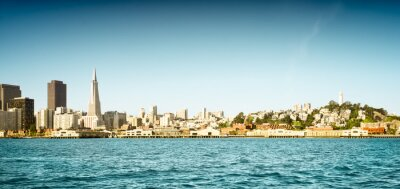 Fototapeta Panoramę San Francisco i panoramę nabrzeża, w tym budynki ikoniczne. Celowo bielony i zabarwiony paletą retro. Skopiuj miejsce.