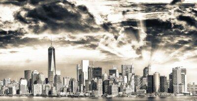 Fototapeta Panoramiczny widok na Dolny Manhattan z Ellis Island o zmierzchu, Nowy Jork