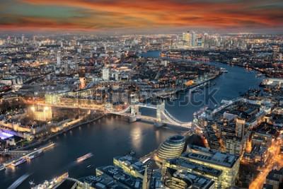 Fototapeta Panoramiczny widok na panoramę Londynu: od Tower Bridge wzdłuż rzeki Tamizy do dzielnicy Canary Wharf w czasie zachodu słońca