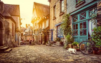 Fototapeta Panoramiczny widok na stare miasto w Europie w pięknym wieczornym świetle o zachodzie słońca w stylu retro w stylu vintage Instagram pastelowy stonowany filtr grunge i efekt flary światła słonecznego