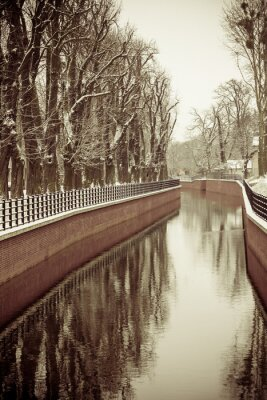 Fototapeta Park z rzeki i nasypu pokryte śniegiem