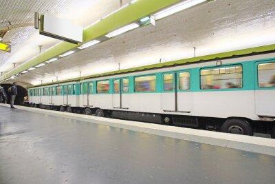 Fototapeta Paryż, Francja, 12 lutego 2016: pociąg metra w Paryżu, we Francji. Metro jest bardzo popularny transportu w Paryżu