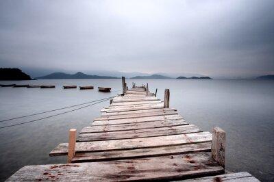 Fototapeta Patrząc na molo i łodzi, ton ciemno.