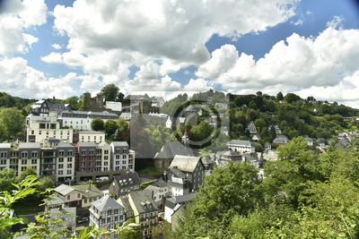 Fototapeta Paysage Urbain encaissé dans la vallée de la Roer avec son architektury historycznej dans la ville basse kontrastu avec les immeubles modernes sur les hauteurs à monschau en allemagne