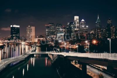 Fototapeta Philadelphia skyline w nocy z architekturą miejską.