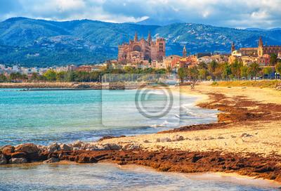 Fototapeta Piasek na plaży w Palma de Mallorca, gotycka katedra w tle, Hiszpania