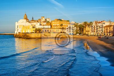 Fototapeta Piaszczysta plaża i historyczne stare miasto w śródziemnomorskim kurorcie Sitges, Hiszpania