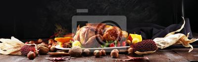 Fototapeta Pieczony indyk lub kurczak. Świąteczny stół jest podawany z indykiem, ozdobionym owocami, sałatką i orzechami. Smażony kurczak, stół. obiad świąteczny