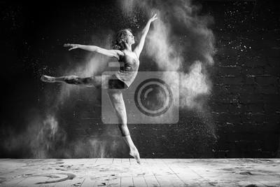 Fototapeta piękna baletnica tańczy boso na czarnym tle w chmurze pyłu