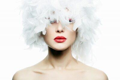 Fototapeta Piękna dziewczyna w białe pióra kapelusz. Makijaż