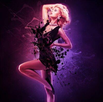 Fototapeta Piękna dziewczyna w czarnej sukni tancerka w pozie twórczej nad sztuką