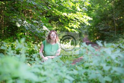 Fototapeta Piękna dziewczyna w lesie w letni dzień