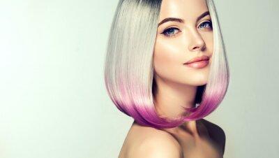 Fototapeta Piękna kobieta farbowania włosów. Modna fryzura. Krótki krótki fryzura. Blond model z krótką błyszczącą fryzurą. Koncepcja kolorowania włosów. Salon piękności