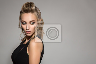 Piękna Kobieta W Czarnej Sukni Fryzura I Jasny Makijaż Fototapeta