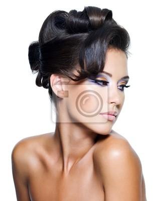 Fototapeta piękna kobieta w stylowe fryzury kręcone