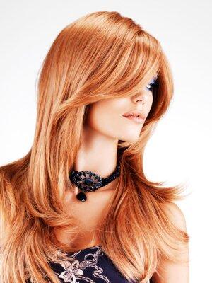 Fototapeta Piękna kobieta z długimi czerwonymi włosami