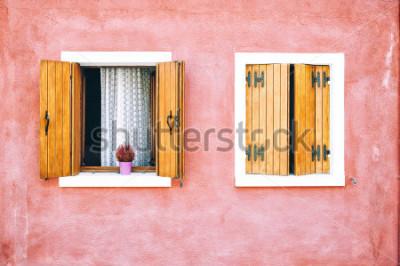 Fototapeta Piękna kolorowa domowa fasada na Burano wyspy, północne Włochy. Czerwone dwa okna z drewnianymi okiennicami