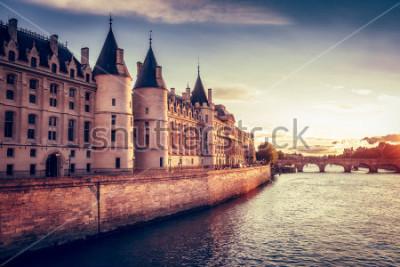 Fototapeta Piękna linia horyzontu Paryż, Francja, z Conciergerie, Pont Neuf przy zmierzchem. Kolorowe tło podróży. Romantyczny pejzaż.