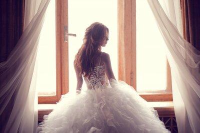 Fototapeta Piękna narzeczona przeciwko okna w pomieszczeniach