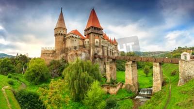 Fototapeta Piękna panorama zamku Corvin z drewnianym mostem i małymi kaskadami, Hunedoara, Transylwania, Rumunia, Europa