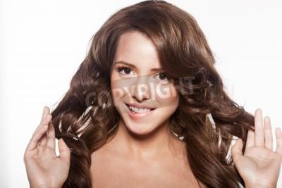 Fototapeta Piękna Twarz Kobiety Z Makijażu I Błyszczące Włosy Kręcone Eleganckie
