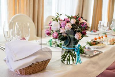 Fototapeta Piękne Bukiet ślubu śmietany I Róż Róż W Szklanej Wazonie Na